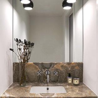 Große Moderne Gästetoilette mit Wandtoilette, weißer Wandfarbe, flächenbündigen Schrankfronten, Marmorboden, Unterbauwaschbecken und Onyx-Waschbecken/Waschtisch in New York