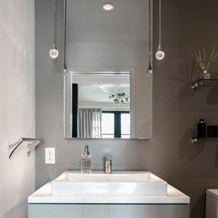Свежая идея для дизайна: маленький туалет с плоскими фасадами, бежевыми фасадами, унитазом-моноблоком, бежевой плиткой, фиолетовыми стенами и консольной раковиной - отличное фото интерьера