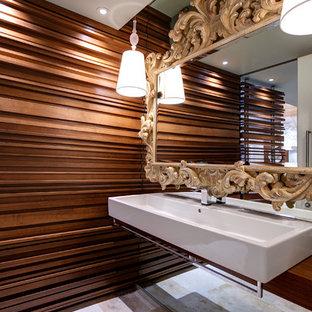 インディアナポリスの小さいコンテンポラリースタイルのおしゃれなトイレ・洗面所 (木製洗面台、分離型トイレ、茶色い壁、トラバーチンの床、横長型シンク) の写真
