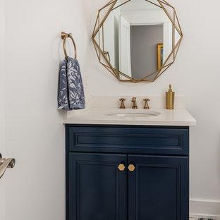 Foto di un bagno di servizio tradizionale di medie dimensioni con ante con riquadro incassato, ante blu, WC a due pezzi, lavabo sottopiano, pavimento multicolore, pareti bianche e top in quarzo composito