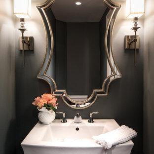 Idée de décoration pour un WC et toilettes design de taille moyenne avec un mur gris et un lavabo de ferme.