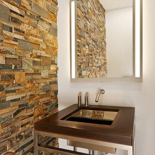 Idee per un bagno di servizio tradizionale di medie dimensioni con piastrelle beige, piastrelle in ardesia, pareti bianche, lavabo a colonna, pavimento beige e top marrone