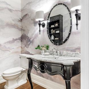 シカゴの中くらいのトランジショナルスタイルのおしゃれなトイレ・洗面所 (黒いキャビネット、紫の壁、無垢フローリング、アンダーカウンター洗面器、珪岩の洗面台、茶色い床) の写真