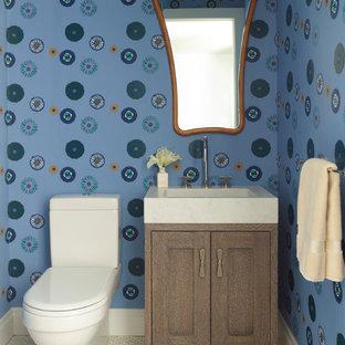 На фото: туалеты в стиле современная классика с фасадами в стиле шейкер, фасадами цвета дерева среднего тона, разноцветными стенами и монолитной раковиной