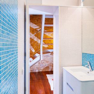 На фото: маленький туалет в современном стиле с раздельным унитазом и монолитной раковиной с