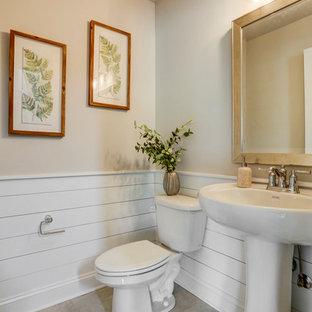 Свежая идея для дизайна: туалет в стиле кантри с полом из винила, раковиной с пьедесталом и бежевым полом - отличное фото интерьера