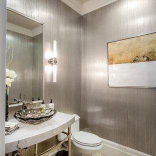 Ispirazione per un grande bagno di servizio chic con WC a due pezzi, piastrelle grigie, pareti grigie, pavimento in travertino, lavabo a consolle, top in marmo, pavimento marrone e top grigio