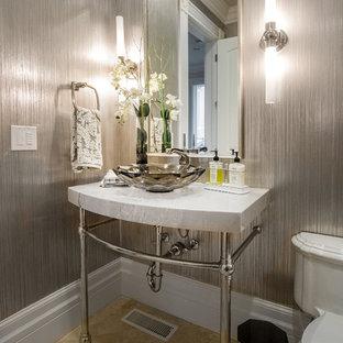 ソルトレイクシティの広いトラディショナルスタイルのおしゃれなトイレ・洗面所 (分離型トイレ、グレーのタイル、グレーの壁、トラバーチンの床、コンソール型シンク、大理石の洗面台、茶色い床、グレーの洗面カウンター) の写真