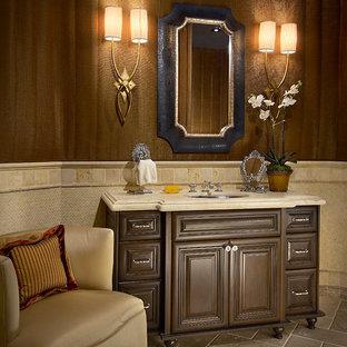 Modelo de aseo tradicional, de tamaño medio, con armarios tipo mueble, puertas de armario marrones, paredes marrones, suelo de linóleo, lavabo bajoencimera y encimera de mármol