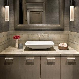 Cette photo montre un WC et toilettes montagne avec un placard à porte plane, des portes de placard marrons, un carrelage beige, un mur marron, une vasque et un plan de toilette beige.