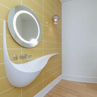 Foto di un bagno di servizio minimal di medie dimensioni con piastrelle gialle, piastrelle in ceramica, pareti bianche, parquet chiaro, lavabo sospeso e pavimento beige