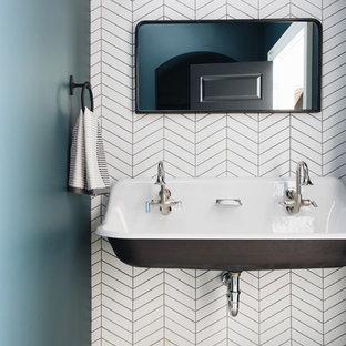 Aménagement d'un petit WC et toilettes classique avec un mur multicolore, une grande vasque et un sol multicolore.