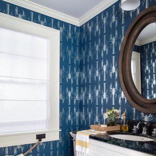 Idee per un piccolo bagno di servizio stile marinaro con lavabo sottopiano, ante in stile shaker, ante bianche, top in marmo, WC a due pezzi e pareti multicolore