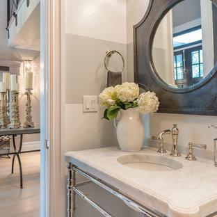 Неиссякаемый источник вдохновения для домашнего уюта: маленький туалет в классическом стиле с серыми стенами, светлым паркетным полом, консольной раковиной и мраморной столешницей