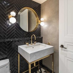 Свежая идея для дизайна: большой туалет в современном стиле с унитазом-моноблоком, черной плиткой, серыми стенами, консольной раковиной, разноцветным полом и серой столешницей - отличное фото интерьера