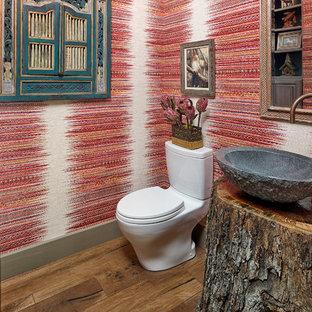 Immagine di un bagno di servizio stile americano di medie dimensioni con ante a filo, ante grigie, WC monopezzo, piastrelle rosse, pareti rosse, pavimento in legno massello medio, lavabo a bacinella, top in legno, pavimento marrone e top marrone