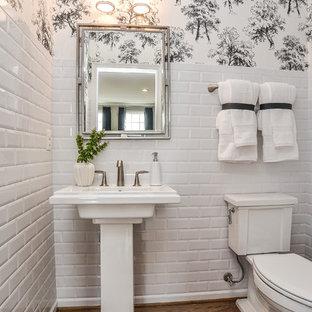 Aménagement d'un WC et toilettes classique avec un WC séparé, un carrelage blanc, un carrelage métro, un sol en bois brun, un lavabo de ferme et un sol marron.