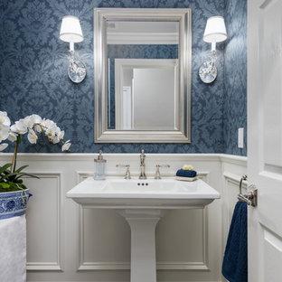 Klassische Gästetoilette mit weißer Wandfarbe, dunklem Holzboden, Sockelwaschbecken und braunem Boden in San Francisco