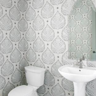 Réalisation d'un WC et toilettes tradition avec un mur gris, un sol en carrelage de terre cuite, un lavabo de ferme et un sol blanc.