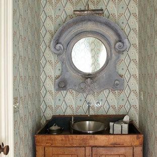ニューヨークの小さいシャビーシック調のおしゃれなトイレ・洗面所 (家具調キャビネット、ヴィンテージ仕上げキャビネット、マルチカラーの壁、ベッセル式洗面器、木製洗面台) の写真