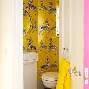На фото: туалет в стиле фьюжн с плоскими фасадами, белыми фасадами, инсталляцией, желтыми стенами, полом из керамогранита и настольной раковиной с