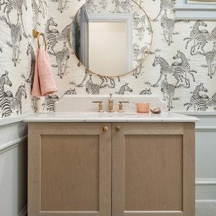 バンクーバーのビーチスタイルのおしゃれなトイレ・洗面所 (赤いキャビネット、マルチカラーの壁、アンダーカウンター洗面器、グレーの床、白い洗面カウンター) の写真