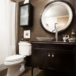 Пример оригинального дизайна: маленький туалет в стиле фьюжн с настольной раковиной, темными деревянными фасадами, столешницей из дерева, унитазом-моноблоком, коричневой плиткой, коричневыми стенами и фасадами островного типа