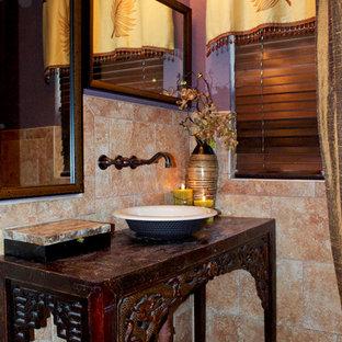 Foto de aseo asiático, de tamaño medio, con armarios tipo mueble, puertas de armario de madera en tonos medios, sanitario de dos piezas, baldosas y/o azulejos beige, baldosas y/o azulejos de piedra, paredes púrpuras, suelo de baldosas de porcelana, lavabo sobreencimera y encimera de madera