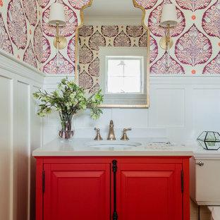 Klassische Gästetoilette mit profilierten Schrankfronten, roten Schränken, Wandtoilette mit Spülkasten, bunten Wänden und Unterbauwaschbecken in Boston