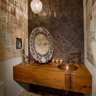 Пример оригинального дизайна: туалет в стиле фьюжн с накладной раковиной, фасадами цвета дерева среднего тона, столешницей из дерева, коричневой плиткой и коричневой столешницей
