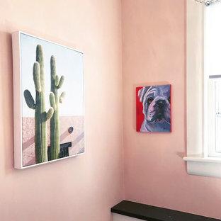 Aménagement d'un petit WC et toilettes éclectique avec un placard à porte affleurante, des portes de placard blanches, un WC séparé, un mur rose, un sol en bambou, un lavabo encastré, un plan de toilette en quartz modifié et un sol gris.