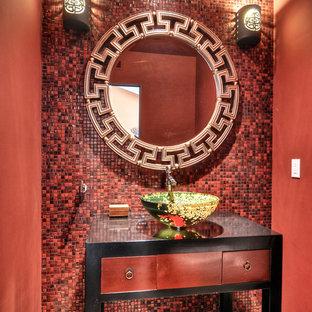 Modelo de aseo asiático, de tamaño medio, con lavabo sobreencimera, baldosas y/o azulejos rojos, paredes rojas, armarios tipo mueble, puertas de armario rojas, suelo de cemento y baldosas y/o azulejos en mosaico