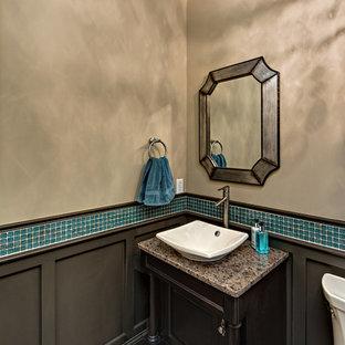 Inspiration pour un WC et toilettes traditionnel de taille moyenne avec un placard à porte plane, des portes de placard en bois sombre, un WC séparé, un carrelage bleu, des plaques de verre, un mur beige, un sol en carrelage de terre cuite, une vasque, un plan de toilette en granite et un sol marron.