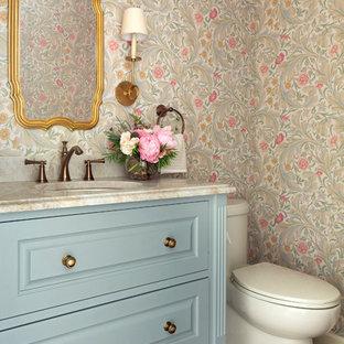 Ejemplo de aseo clásico con armarios tipo mueble, puertas de armario azules, paredes multicolor, suelo de madera oscura, lavabo bajoencimera, suelo marrón y encimeras multicolor