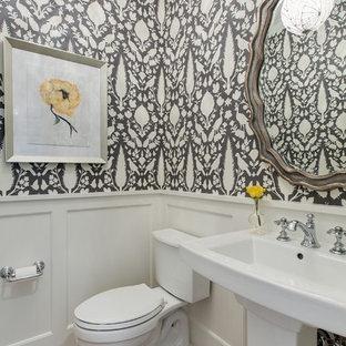 Пример оригинального дизайна: туалет в классическом стиле с раковиной с пьедесталом, раздельным унитазом, разноцветными стенами и светлым паркетным полом