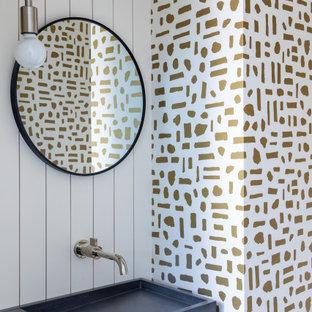 サンフランシスコの小さいミッドセンチュリースタイルのおしゃれなトイレ・洗面所 (マルチカラーの壁、一体型シンク、コンクリートの洗面台、グレーの洗面カウンター、フローティング洗面台、壁紙、塗装板張りの壁) の写真