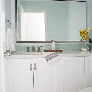 Неиссякаемый источник вдохновения для домашнего уюта: маленький туалет в морском стиле с унитазом-моноблоком, зеленой плиткой, полом из винила, врезной раковиной, столешницей из искусственного кварца, стеклянной плиткой и фасадами с утопленной филенкой