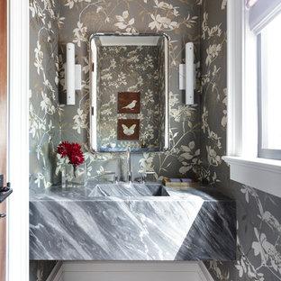 Idéer för små vintage grått toaletter, med mörkt trägolv, ett integrerad handfat, marmorbänkskiva, flerfärgade väggar och brunt golv