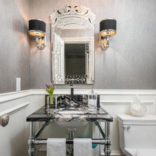 Esempio di un bagno di servizio moderno di medie dimensioni con pareti grigie, lavabo sottopiano, top nero, ante nere, WC a due pezzi, top in granito e mobile bagno freestanding