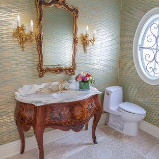 Foto di un grande bagno di servizio chic con ante in legno scuro, WC monopezzo, piastrelle beige, piastrelle in pietra, pareti multicolore, pavimento in pietra calcarea, lavabo sottopiano, top in onice e consolle stile comò
