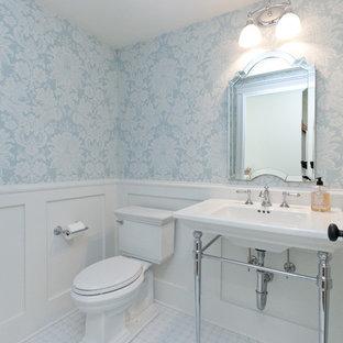 На фото: туалет среднего размера в стиле кантри с раздельным унитазом, полом из керамической плитки, раковиной с пьедесталом, белым полом, открытыми фасадами, синими стенами, столешницей из искусственного камня, белой столешницей, напольной тумбой и обоями на стенах