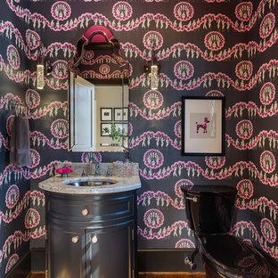 Неиссякаемый источник вдохновения для домашнего уюта: туалет в стиле современная классика с фасадами с утопленной филенкой, черными фасадами, раздельным унитазом, черной плиткой, розовой плиткой, разноцветными стенами, паркетным полом среднего тона, врезной раковиной, коричневым полом и серой столешницей