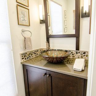 Пример оригинального дизайна: маленький туалет в стиле современная классика с настольной раковиной, фасадами в стиле шейкер, темными деревянными фасадами, столешницей из искусственного кварца, раздельным унитазом, разноцветной плиткой, галечной плиткой, полом из керамогранита, белыми стенами и белым полом