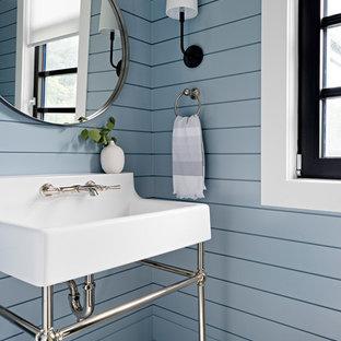 トロントのトランジショナルスタイルのおしゃれなトイレ・洗面所 (青い壁、コンソール型シンク、マルチカラーの床、塗装板張りの壁) の写真