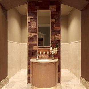 Idée de décoration pour un grand WC et toilettes minimaliste avec un placard en trompe-l'oeil, des portes de placard en bois clair, un mur beige, un sol en carrelage de céramique, un lavabo encastré, un plan de toilette en granite et du carrelage en travertin.