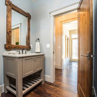 Idee per un grande bagno di servizio chic con lavabo sottopiano, ante grigie, top in granito, WC a due pezzi, pavimento in legno massello medio e ante in stile shaker
