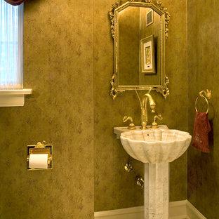 Cette photo montre un petit WC et toilettes chic avec un lavabo de ferme et un mur vert.