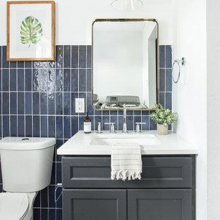 ダラスの中くらいのトランジショナルスタイルのおしゃれなトイレ・洗面所 (シェーカースタイル扉のキャビネット、青いキャビネット、白いタイル、セラミックタイル、クオーツストーンの洗面台、白い洗面カウンター) の写真