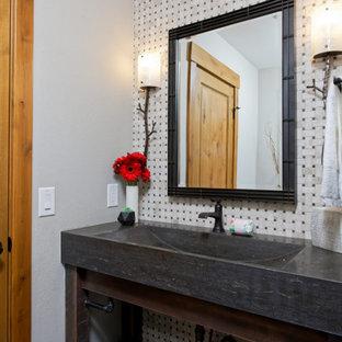 Mittelgroße Rustikale Gästetoilette mit offenen Schränken, Einbauwaschbecken, schwarzer Waschtischplatte und eingebautem Waschtisch in Denver