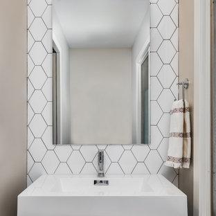 На фото: туалет среднего размера в стиле ретро с плоскими фасадами, темными деревянными фасадами, белой плиткой, керамической плиткой, белыми стенами, накладной раковиной, столешницей из искусственного кварца, бежевым полом, белой столешницей и напольной тумбой